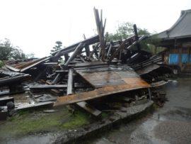 写真1 激しい横揺れに合い2 階床組部で折損倒壊した寺院の山門