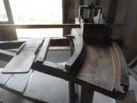 写真7 旧出津救助院に展示されているカンコロ芋スライス機械2 点