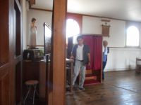 写真8 出津教会堂内の懺悔室(箱)後背部に神父が掛けて話を聞く室がある。 声のみで顔は見えない