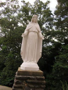 石垣の上に立つ教会・マリア像