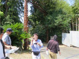 電柱門と日高さん(針尾送信所)